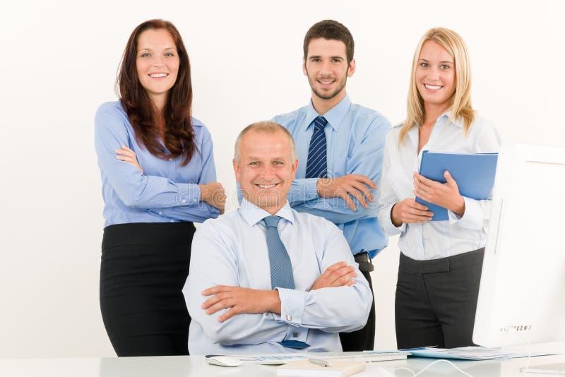 Gerente maduro feliz da equipe do negócio com colegas fotografia de stock royalty free