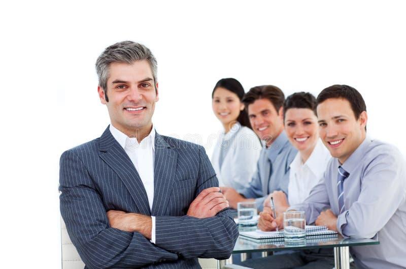 Gerente maduro que senta-se na frente de sua equipe fotos de stock royalty free