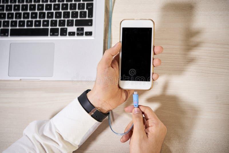 Gerente que carrega seu telefone imagens de stock