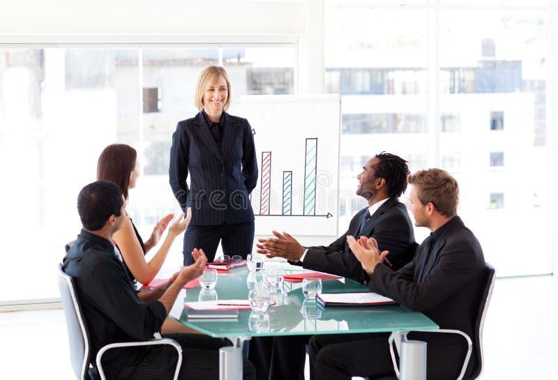 Download Gerente Que Tem O Sucesso Em Uma Reunião Imagem de Stock - Imagem de negócio, saliência: 10066633