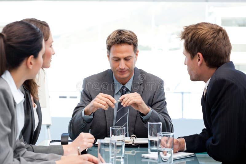 Gerente sério com sua equipe durante uma reunião imagens de stock royalty free