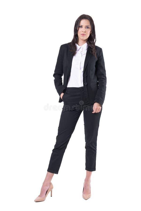 Gerente seguro sério da mulher de negócio no terno com mão no bolso que olha a câmera fotografia de stock royalty free