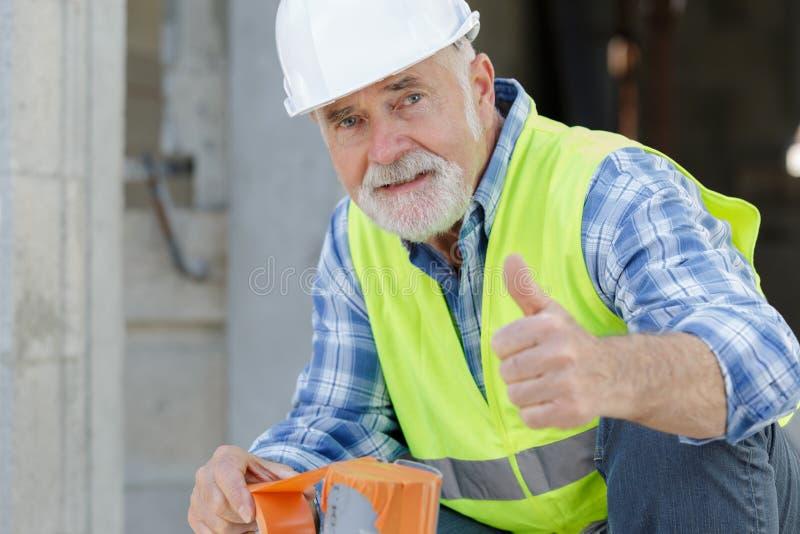 Gerente superior da construção que dá os polegares acima foto de stock royalty free