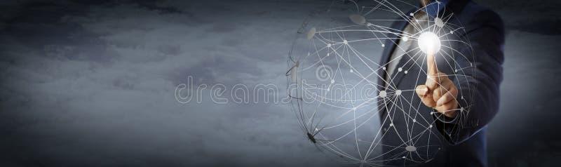 Gerente Touching Global Network alto acima das nuvens fotos de stock royalty free