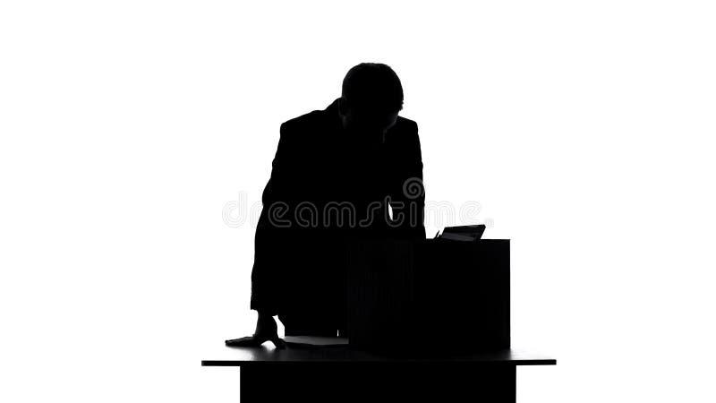 Gerente triste que pensa da destituição, coisas na caixa na tabela, desemprego do escritório fotografia de stock royalty free