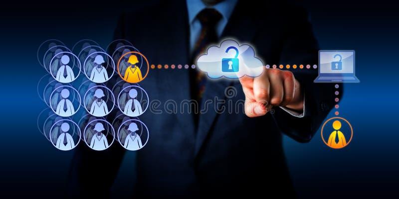 Gerente Unlocking Cloud Access a um trabalhador remoto fotos de stock royalty free