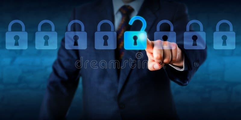 Gerente Unlocking um fechamento virtual em uma formação imagens de stock royalty free