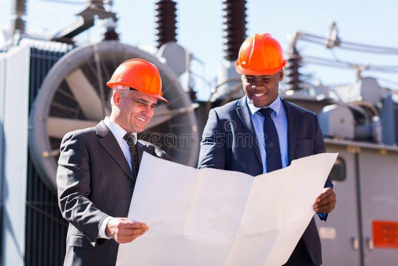 Gerentes de central elétrica que guardam o modelo imagem de stock royalty free