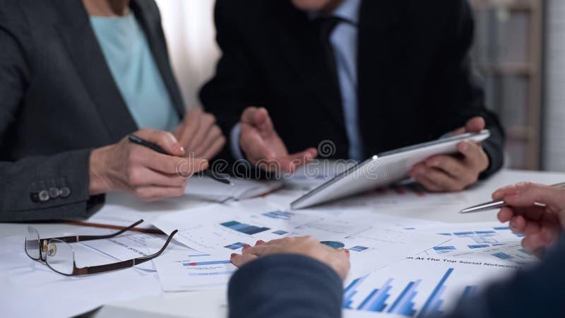 Gerentes de departamento do mercado que fazem estudos de mercado, funcionamento da equipe, clique fotos de stock royalty free