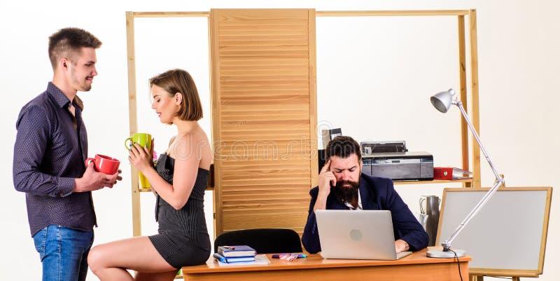 Gerentes novos do café da manhã do escritório que falam durante o tempo de café da manhã Dois colegas de trabalho que bebem o chá fotos de stock