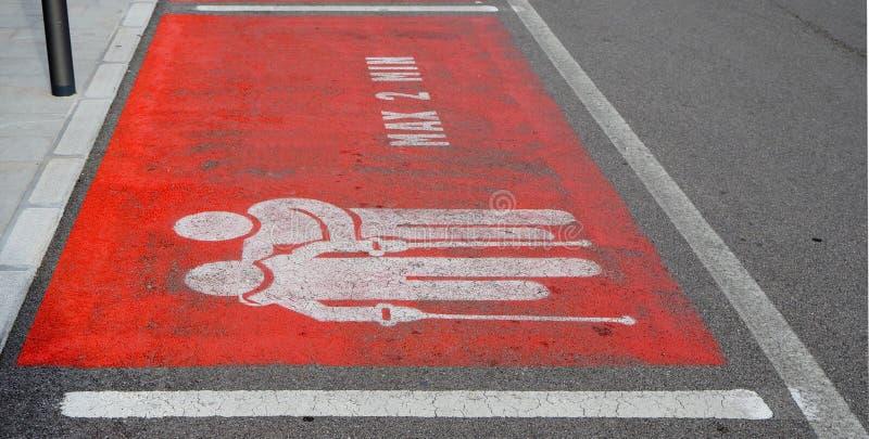 Gereserveerd parkeren voor bejaarden, gehandicapten en zieken voor een maximum van twee minuten Hoffelijkheidsverkeersteken op he royalty-vrije stock foto's