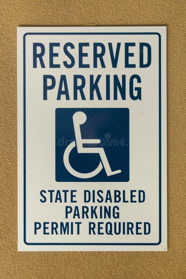 Gereserveerd parkerenteken opgezet op een muur royalty-vrije stock afbeeldingen