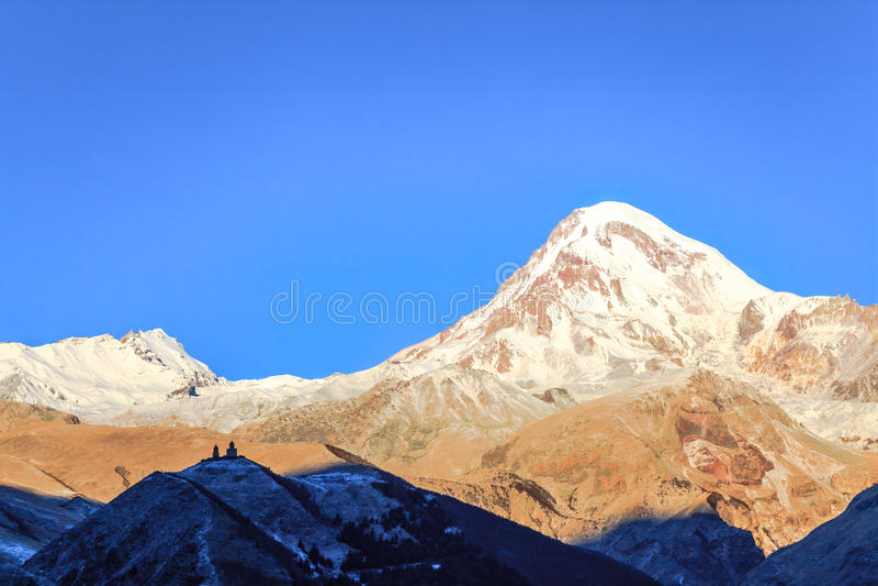Gergeti领港教会和登上Cazbek 图库摄影