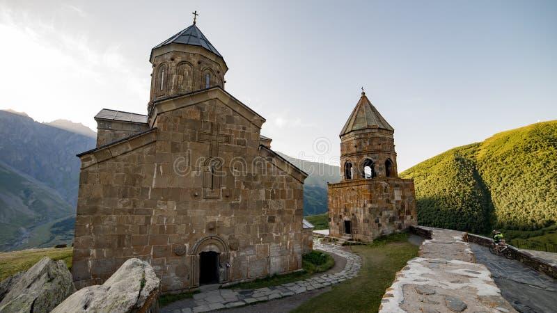 Gergeti, la Géorgie - 5 août 2015 : Tsminda Sameba/église Trinity sainte près du village de Kazbegi-Gergeti, la Géorgie photo libre de droits