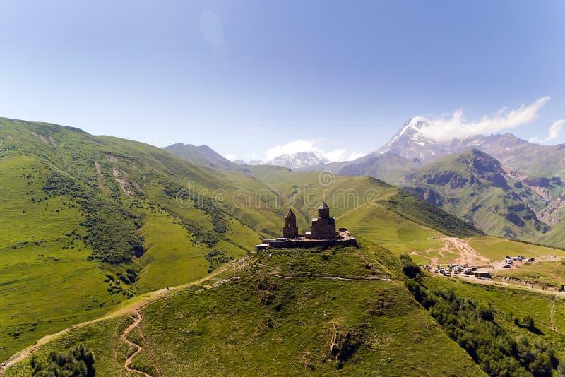 Gergeti Treenighetkyrka eller Tsminda Sameba - kyrka för helig Treenighet nära by av Gergeti i Georgia arkivbilder