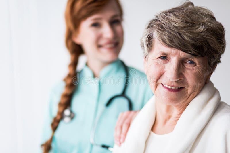 geriatic病区的愉快的患者 免版税库存图片