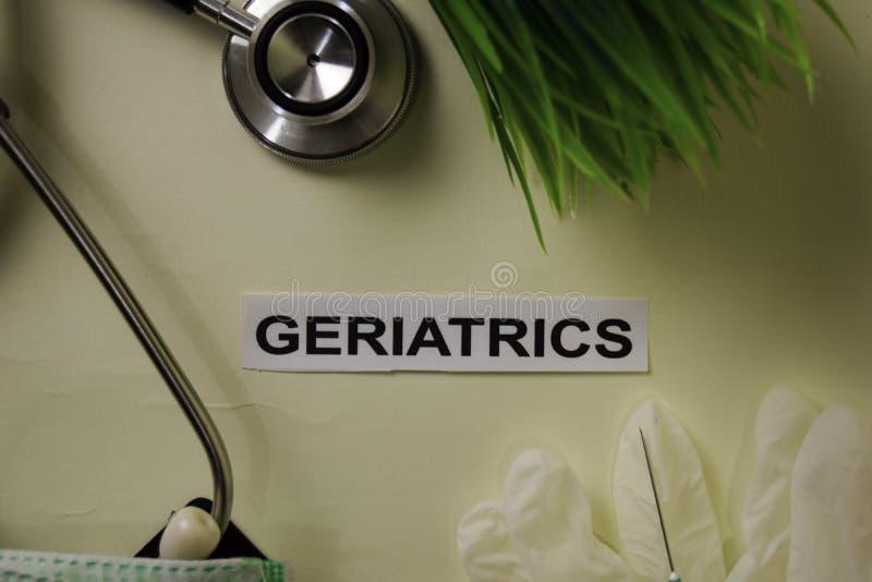Geriatrie met inspiratie en gezondheidszorg/medisch concept op bureauachtergrond stock foto