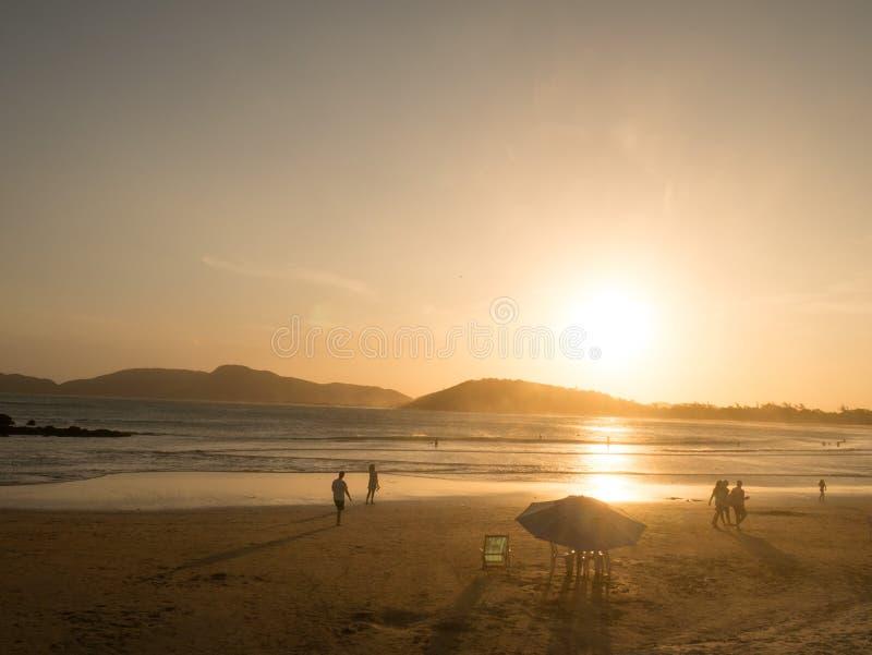 Geriba strand på solnedgången i Buzios, Brasilien arkivbild