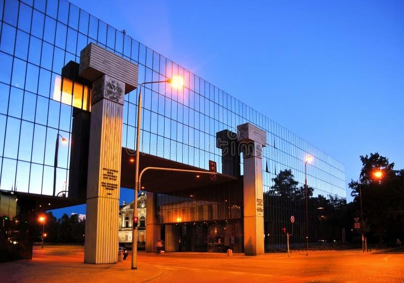 Gericht und nationale Bibliothek in Warschau stockbilder
