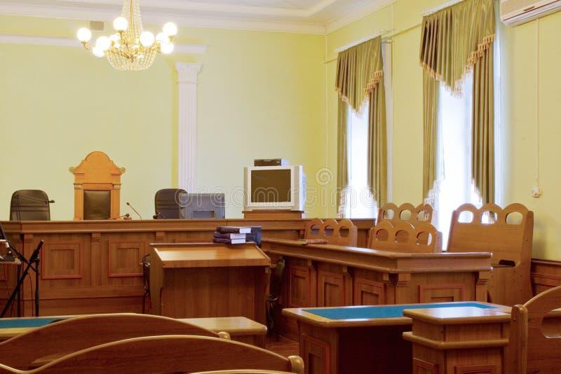 Gerichtsinnenraum - Gerichtshalle in der Erwartung des Strafverfahrens lizenzfreie stockbilder
