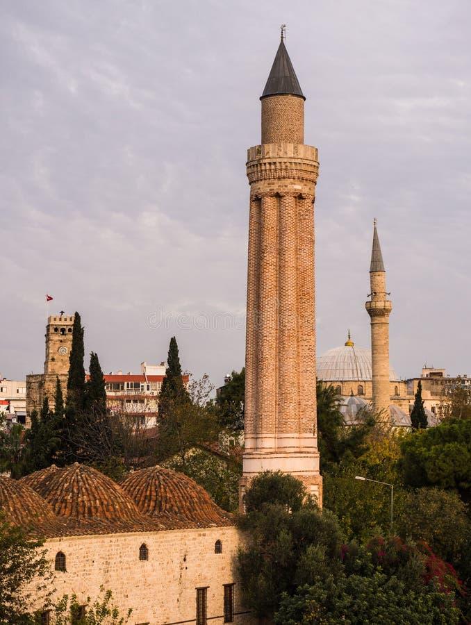 Geriffelte Minarett-Moschee in Antalya lizenzfreie stockbilder