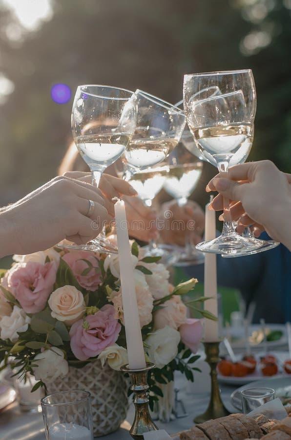 Gerinkelglazen champagne stock afbeelding