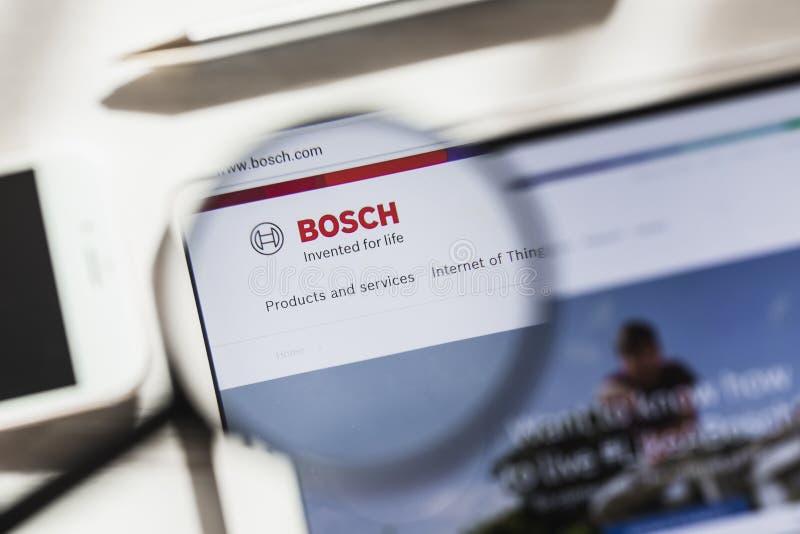 Gerlingen, Germania - 16 marzo 2019: Robert Bosch Gmbh, homepage ufficiale del sito Web sotto la lente d'ingrandimento Concetto B fotografia stock libera da diritti