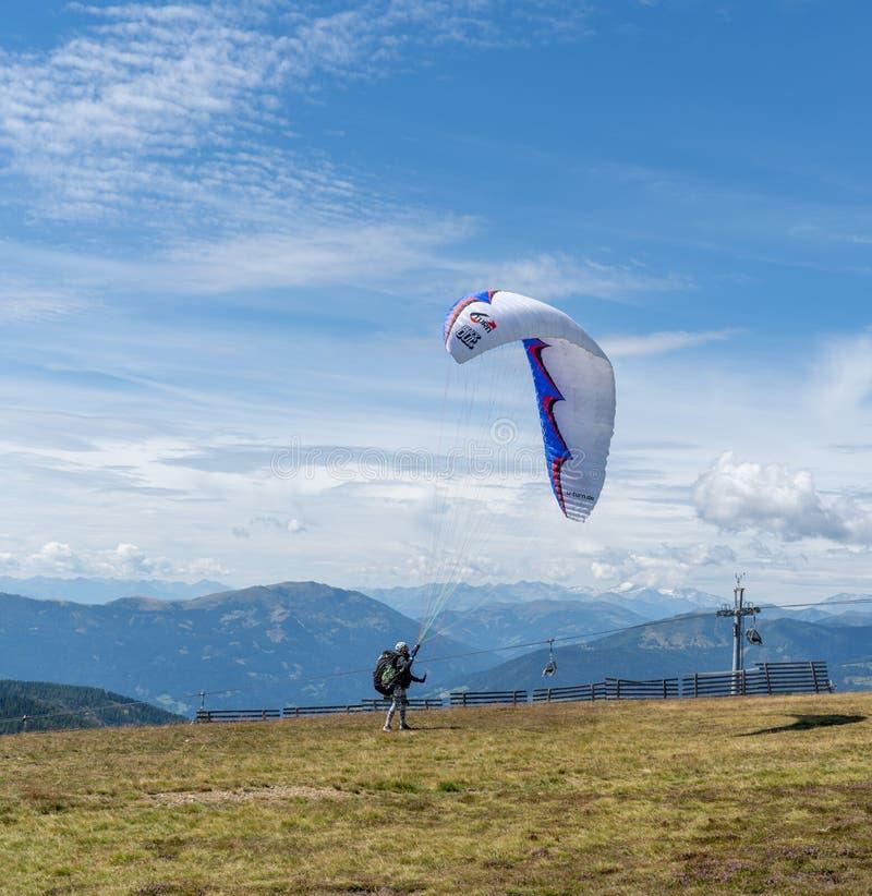 Gerlitzen, Áustria, 17 de agosto de 2019, Paragliding prepreparação para decolar fotografia de stock royalty free