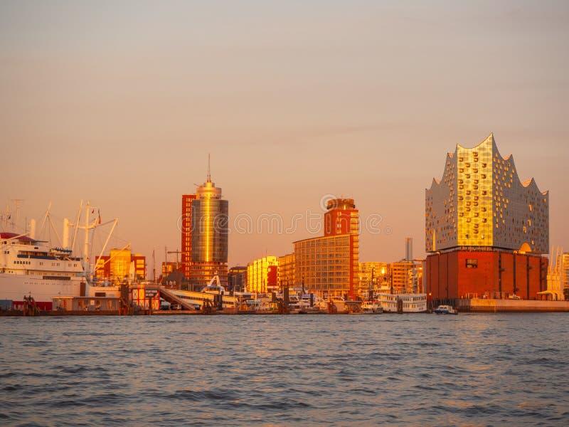 germany Hamburg Widok przy Elbphilharmonie przy nowożytnym hotelem i, sławna filharmonia obraz royalty free