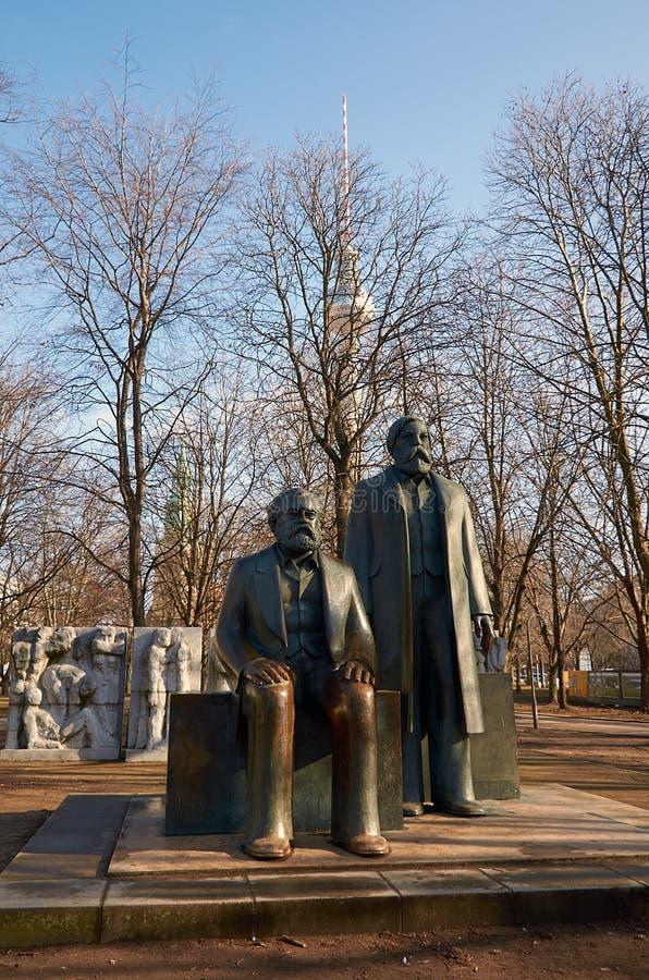 germany Monument till Marx och Engels i Berlin Februari 16, 2018 arkivbilder