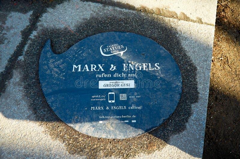 germany Monument till Marx och Engels i Berlin Februari 16, 2018 royaltyfria bilder