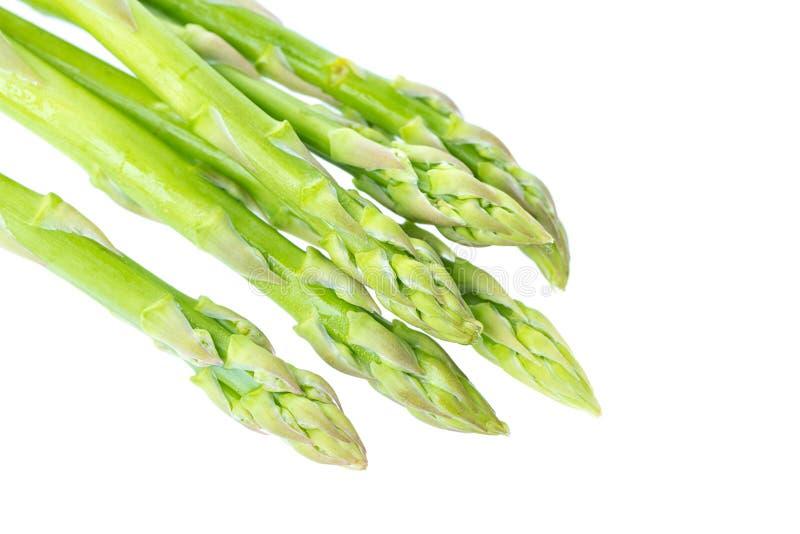Germogli crudi freschi di asparago verde isolati su fondo bianco Fine in su immagini stock