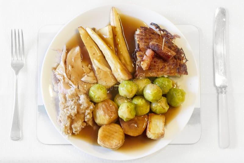 Germogli delle patate delle pastinache del tacchino dell'arrosto del piatto di cena di Natale che farciscono e che graving fotografia stock