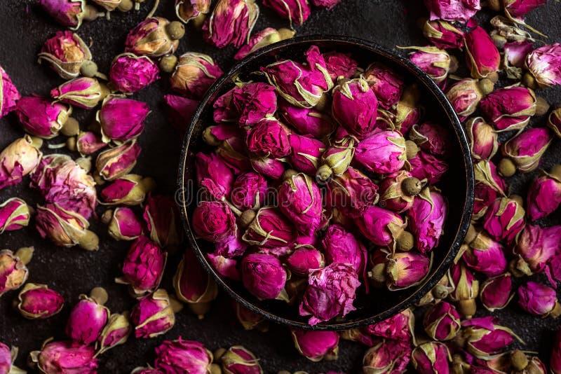Germogli rosa secchi in una ciotola fotografia stock