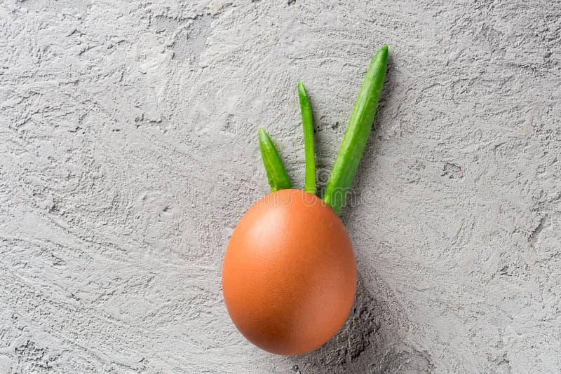 Germoglio d'imitazione delle coperture dell'uovo e della cipolla verde delle piume, frutta dell'ananas delle foglie, acconciatura fotografia stock libera da diritti