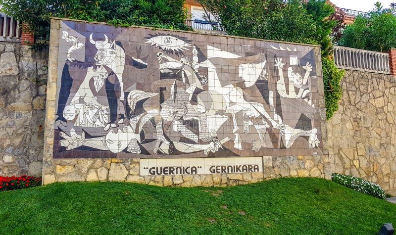 Gernika, Bizkaia, Spanje; 2018-04-16: Muurschildering op muur in de stad van Gernika dat het imiteren het beroemde schilderen van royalty-vrije stock foto's