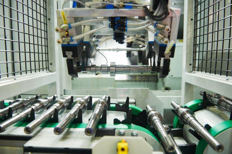 Gerobotiseerde geautomatiseerde transportband voor detaillevering in cnc machinaal bewerkend centrum royalty-vrije stock afbeelding