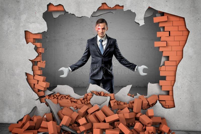 Gerobotiseerde zakenman met moersleutelhanden die rode bakstenen muur op grijze achtergrond breken royalty-vrije illustratie