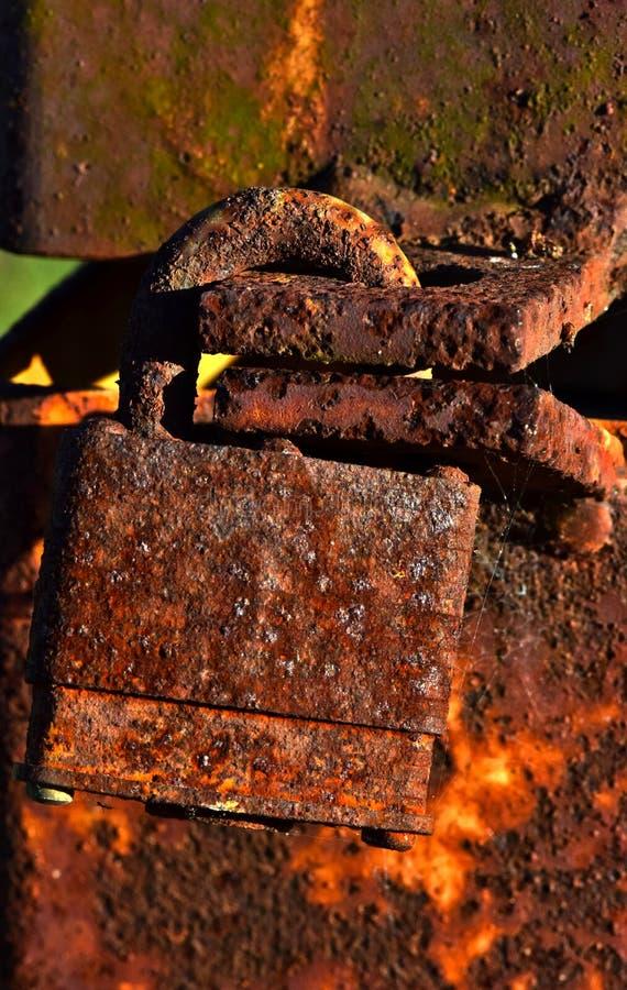 Geroest slot op een roestige metaalpost stock afbeelding