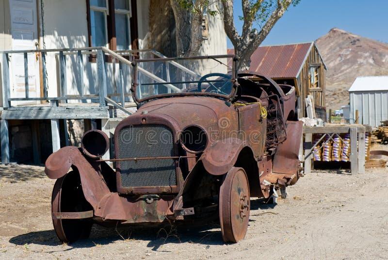 Geroeste oude auto in woestijn stock foto's