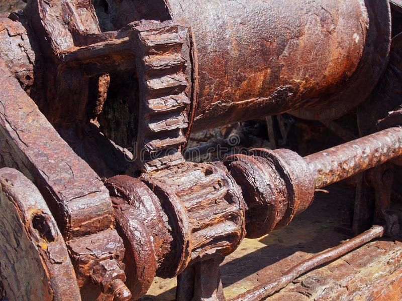Geroeste radertjes en toestellen op een oude gebroken industriële machine stock foto