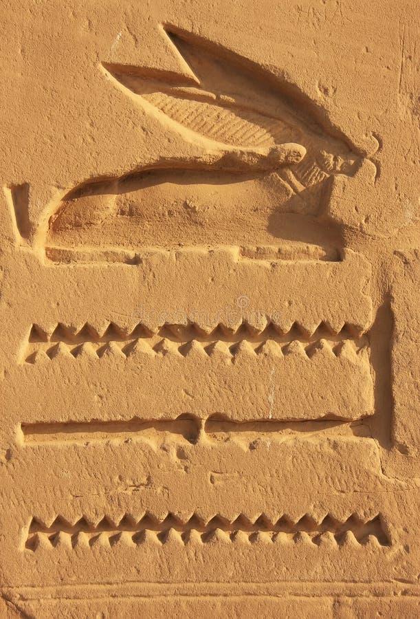 Geroglifici antichi sulle pareti del complesso del tempio di Karnak, lux immagine stock libera da diritti