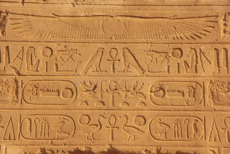 Geroglifici antichi sulle pareti del complesso del tempio di Karnak, lux immagine stock