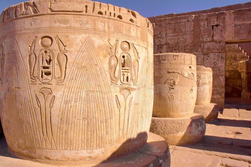 Geroglifici e colonne al tempio di Medinet Habu a Luxor immagine stock libera da diritti