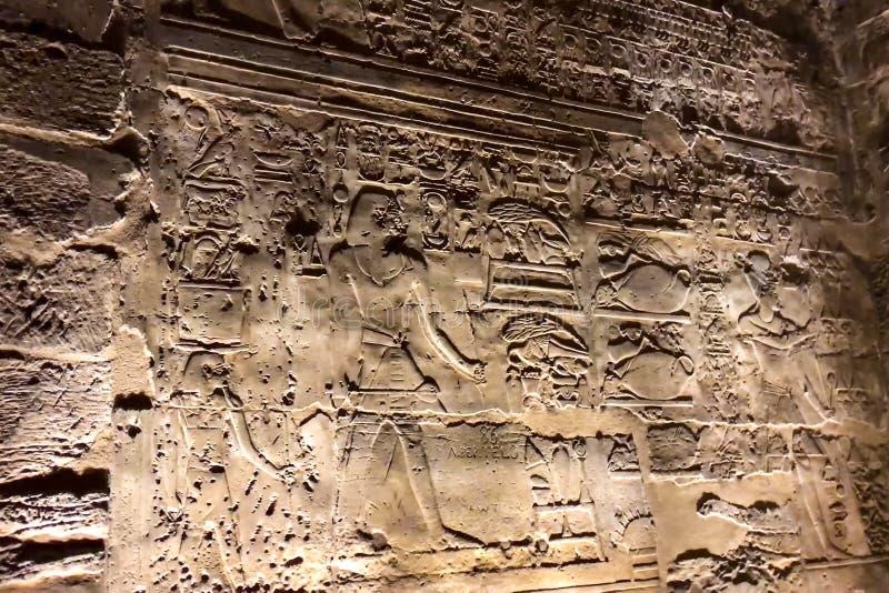 Geroglifici e disegni egiziani sulle pareti e sulle colonne Lingua egiziana, la vita dei antichi e la gente dentro fotografia stock