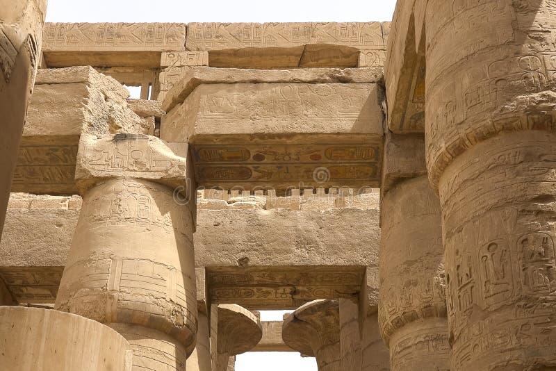 Geroglifici e disegni egiziani sulle pareti e sulle colonne Lingua egiziana, la vita dei antichi e la gente in geroglifico fotografie stock libere da diritti