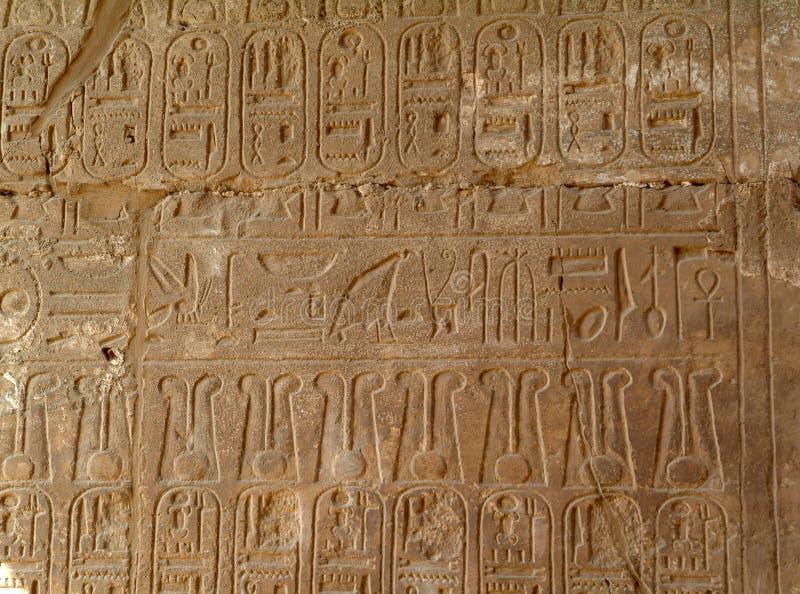 Geroglifici egiziani antichi sulla parete del tempio di Luxor, senza gente, Tebe, sito del patrimonio mondiale dell'Unesco, Egitt fotografia stock libera da diritti
