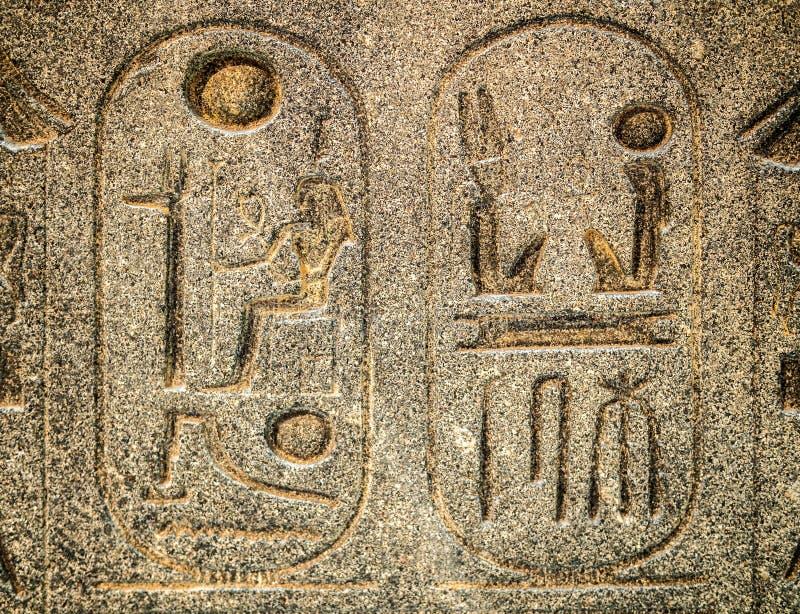 Geroglifico egiziano antico scolpito in pietra fotografia stock