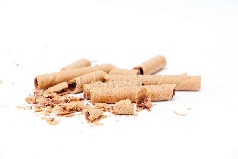 gerold die wafeltje met chocoladezachte toffee wordt gevuld op witte achtergrond, stock fotografie