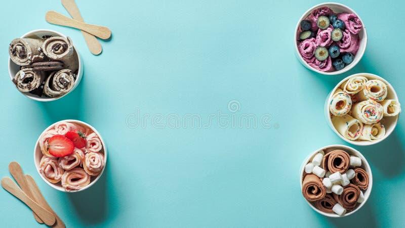 Gerold roomijs in kegelkoppen op blauwe achtergrond stock afbeelding